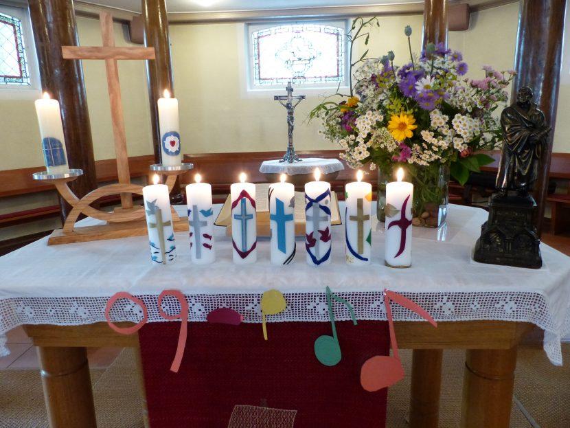 Altar mit Kerzen der Konfirmanden