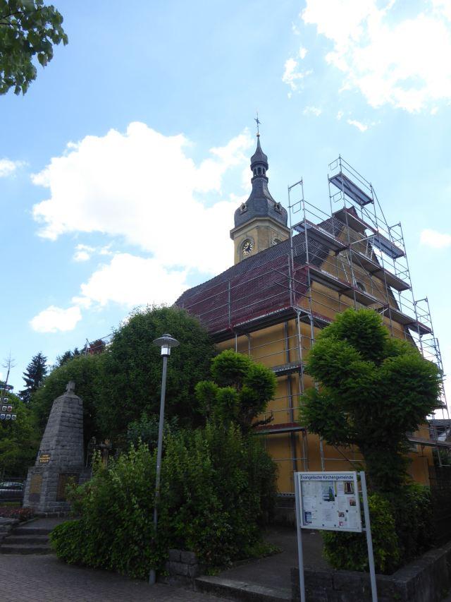 Kircheingang mit Gerüst