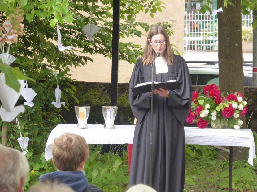 Pfarrerin Angelika Haffner vor dem Altar