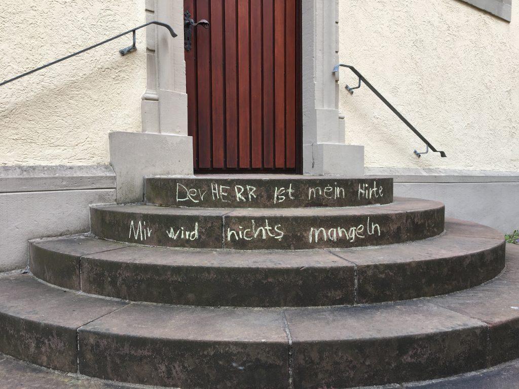 Kirchentreppe mit Psalm 23